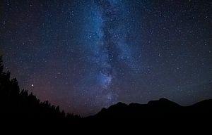 Sterrenhemel met melkweg en bergen in de nacht van