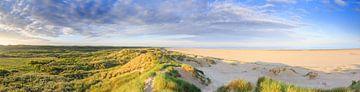Panorama Nederlands kustlandschap met duinen en strand tijdens zonsopkomst von Henk van den Brink