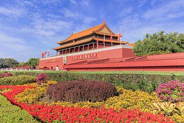 Palace Museum met kleurrijke bloem bed tegen een blauwe hemel van Tony Vingerhoets