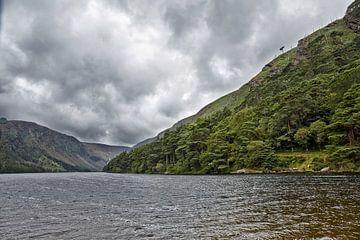 Dramatische Landschaft aus dem Herzen von Glendalough Valley Irish Scenery von Tjeerd Kruse