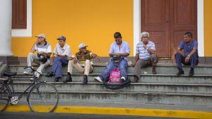 Mannen zitten op de trap, Granada (Nicaragua)