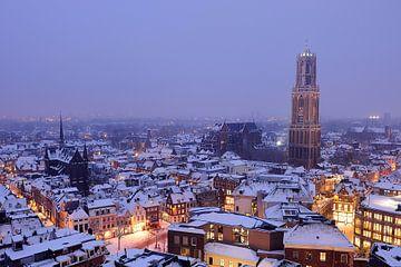 De besneeuwde binnenstad van Utrecht met Domtoren en Domkerk (2) van Donker Utrecht