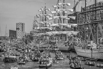 Sail Amsterdam 2015 in zwart- wit van John Kreukniet