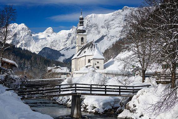 Eglise de Ramsau dans les Alpes avec de la neige en hiver