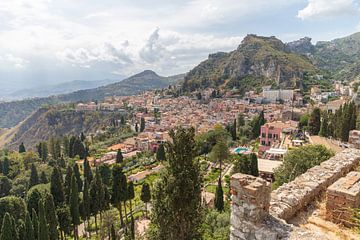 Taormina een prachtige Stad in Sicilië, Italië van Ton Tolboom