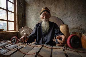 Der Meister des Gamelanspiels in seinem einfachen Haus in Salatiga, Zentraljava, Indonesien. von Anges van der Logt
