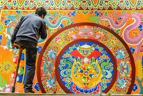 Eenarmige schilder in het  Thubchen Choekhorling Monastery in Litang van