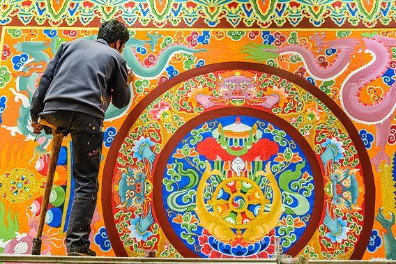 Eenarmige schilder in het  Thubchen Choekhorling Monastery in Litang