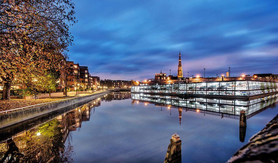 Leeuwarden stadsgracht met Bonifatius kerktoren in het avondlicht