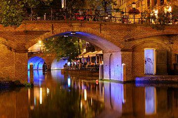 Doorkijkje onder Bezembrug over Oudegracht in Utrecht van