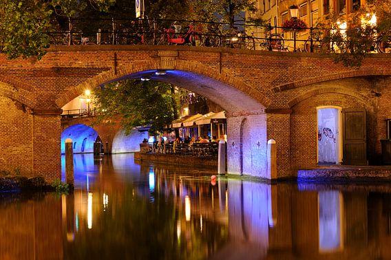 Doorkijkje onder Bezembrug over Oudegracht in Utrecht
