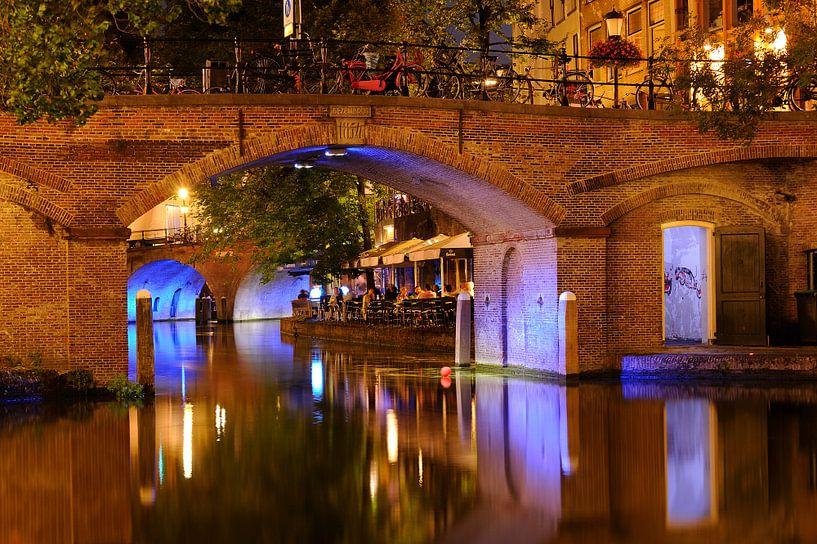 Doorkijkje onder Bezembrug over Oudegracht in Utrecht van Donker Utrecht