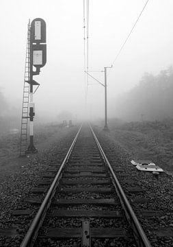 Spoorlijn in de mist van Maurice de vries