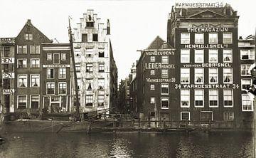 Grachtenpanden Amsterdam zwart wit sur Corinne Welp