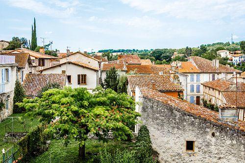 Stadsgezicht over de rood oranje daken van een Frans dorpje