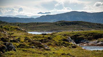 Gebirgslandschaft an der norwegischen Küste von Karijn Seldam