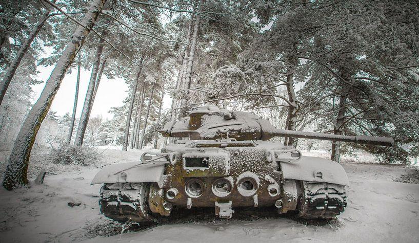 Tank in the snow #2 van Olivier Van Cauwelaert
