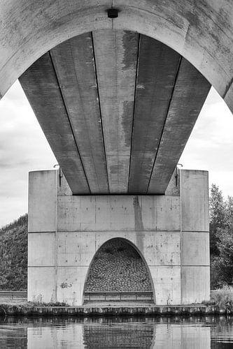 Blik op de onderkant van de brug bij Eibersburen, in zwart/wit.