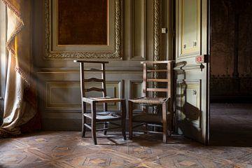 sièges en bois abandonnés sur