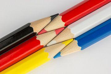 Collectie van bont gekleurde potloden als achtergrond  van Tonko Oosterink
