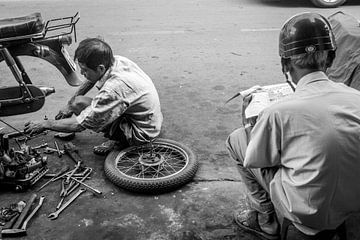 Wachten terwijl je brommer klaar is Vietnam van Manon Ruitenberg