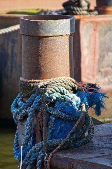 touwen aan een verroestte paal van Joost van Riel