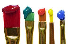 Kleurrijke penselen tegen een witte achtergrond van Ulrike Leone