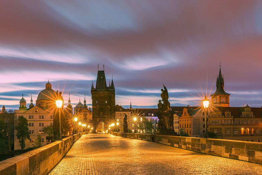 The Charles Bridge in Prague at sunrise van Henk Meijer Photography