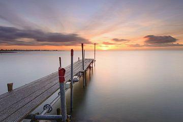 Steiger bij zonsopkomst aan het IJsselmeer van John Leeninga