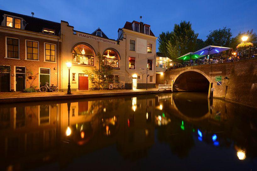 Oudegracht met Bijlhouwersbrug in Utrecht van Donker Utrecht