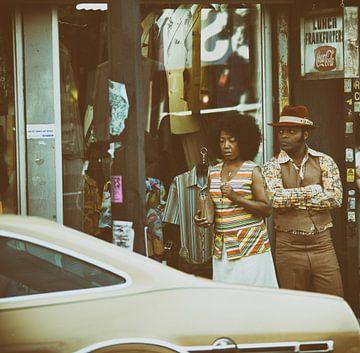 twee mensen in een winkelstraat in de 70s van Atelier Liesjes