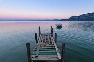 SA12503386 Jetée et bateau en bois au lac de Garde