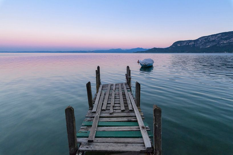 SA12503386 Jetée et bateau en bois au lac de Garde sur BeeldigBeeld Food & Lifestyle