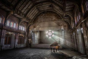 Piano avec la lumière du soleil sur Kelly van den Brande