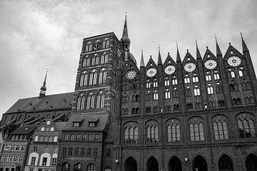 Schwarz weiß Foto des Rathauses Stralsund mit der St. Nikolai Kirche von David Esser