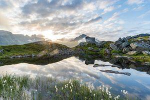 Spiegelend bergmeer van