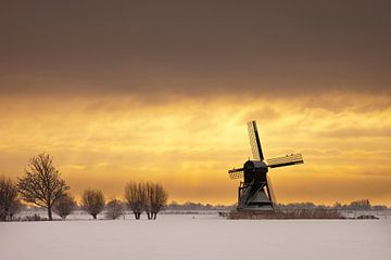 Molen Weel en Braken 1632 in winter tijdens zonsondergang