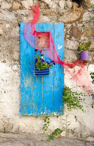 Kleurrijke deur met bloemen van