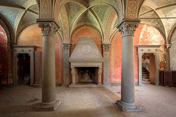 imposante zuilen van een verlaten villa van Kristof Ven