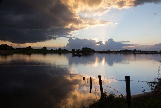 Reflectie van de zonsondergang bij de jachthaven in Deventer