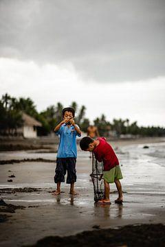 Enfants dans un village de pêcheurs aux Philippines sur Yvette Baur