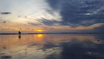 Romantic couple is watching the sunset in Bali von Mireille Zoet