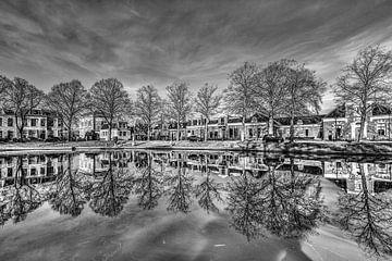 Stadsgracht Leeuwarden in zwartwit ter hoogte van Prinsentuinpontje von