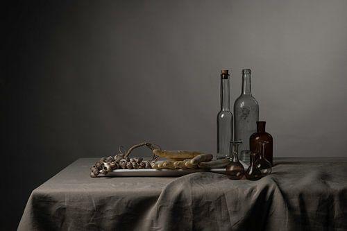 Stilleven met schelpen, asperges en glaswerk
