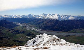 Uitzicht vanaf Treble Cone op de Matukituki rivier  in Nieuw Zeeland van Aagje de Jong
