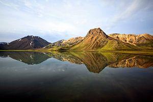 Perfecte reflectie van een berg van