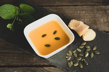 Kürbissuppe mit Ingwer, Kürbiskernen und Minze