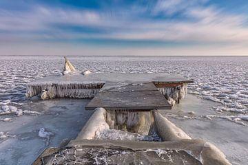 Bevroren steiger aan het Markermeer van Dennisart Fotografie
