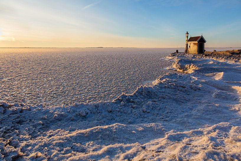 Misthoorn haven Volendam in winter van Johan Zwarthoed