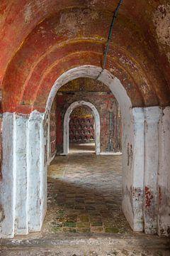 Kloostergang in  pagode van Nyaung Shwe bij Inle in Myanmar van Wout Kok